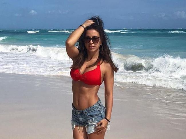 Ани Лорак личные фото в красном бюстике в коротких джинсовых шортах на берегу моря стоит