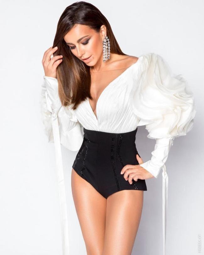 фото Ани Лорак в белье стоит в белой кофточке с глубоким декольте