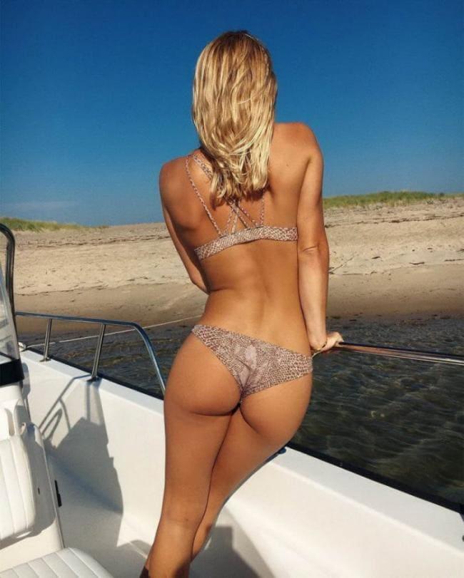 Блондинка в купальнике вид со спины
