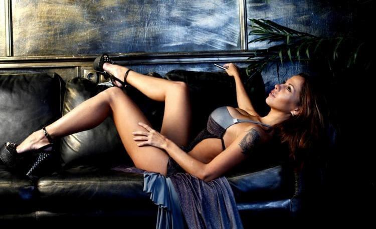 В нижнем белье лежит на диване, закинула ножки на спинку, туфли на высоком каблуке