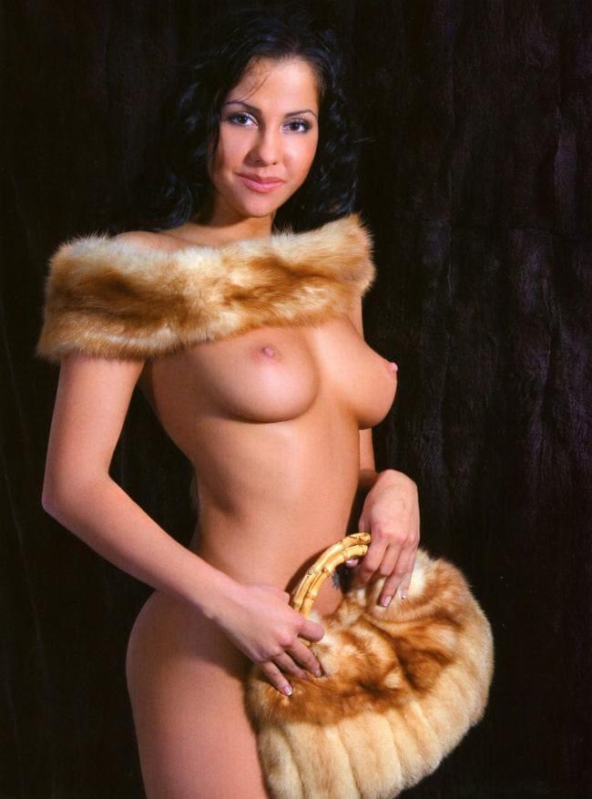 Голая Беркова с меховой сумочкой в руках и воротником на голых плечах