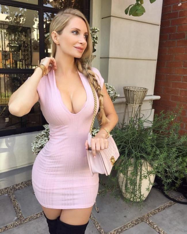 Красотка в розовом коротком платье с глубоким декольте