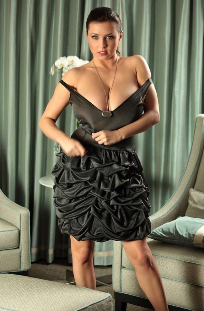 Красивое вечернее платье с тонкими приспущенными бретельками, большие сиськи