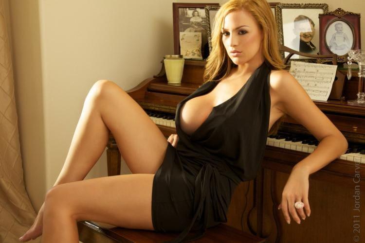 Черное платье расстегнуто видна одна сися, красивые ножки