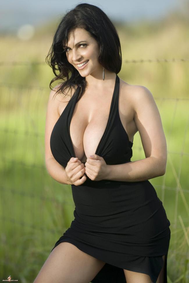 Короткое черное платье, глубокое декольте, большие сиськи