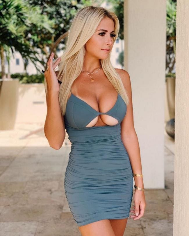 Блондинка в коротком платье с интересным декольте