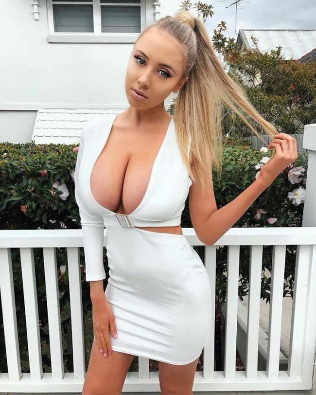 Блондинка худая, белое платье, большие сиськи почти вывалились с декольте