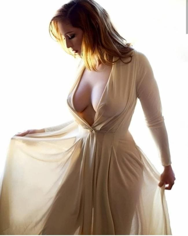 В прозрачном пеньюаре без нижнего белья красивая грудь соски