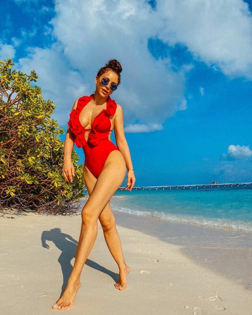 ани лорак горячие фото в красном сплошном купальнике с рюшами солнечных очках на берегу океана