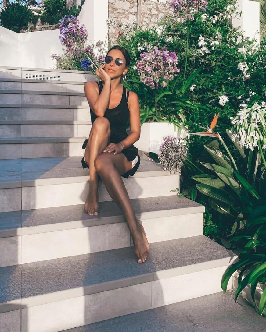 ани лорак горячие фотов очках коротком платье загорелая сидит на ступенях показывая свои босые ступни и стройные ножки