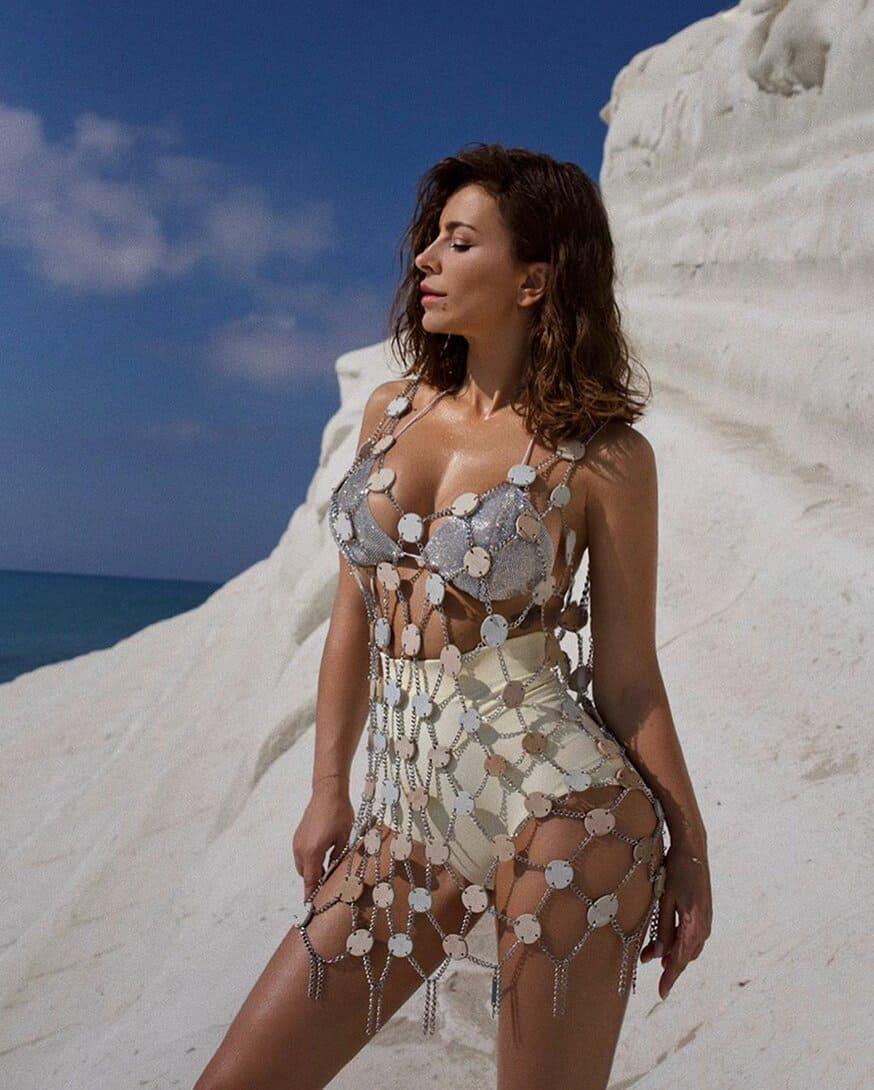 ани лорак горячие фото в белых шортах на берегу океана на фоне синего неба