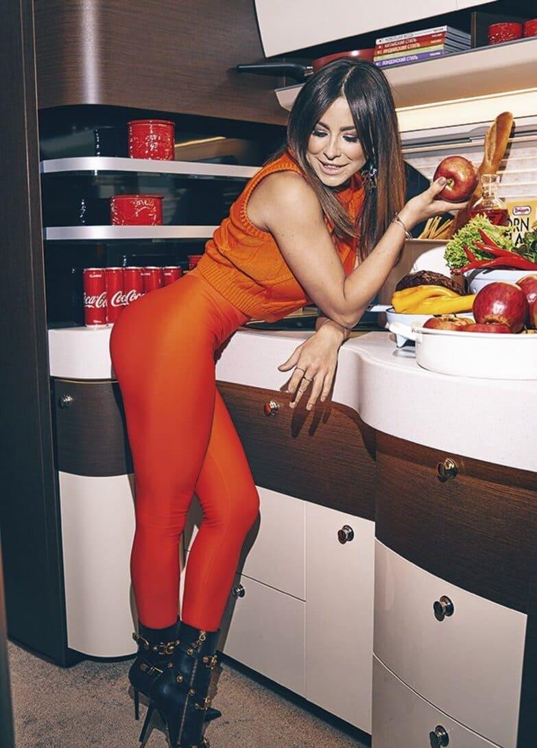 ани лорак горячие фото в оранжевых лосинах на каблуках стоит