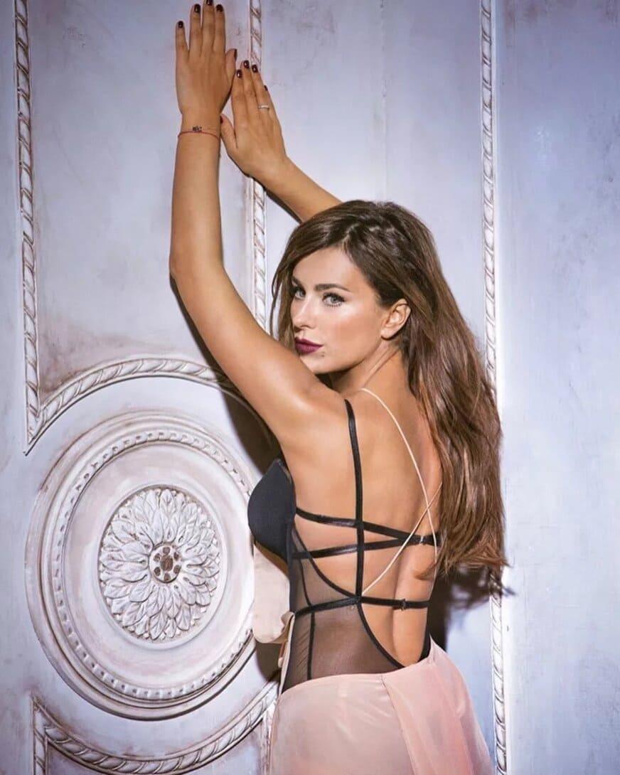 ани лорак горячие фото в нижнем белье стоит у стены руки подняла вверх вид со спины