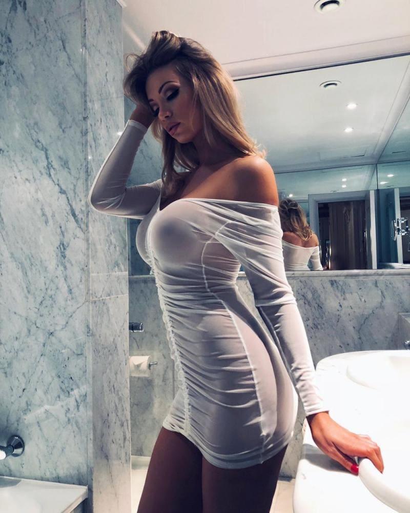 сиськи в прозрачном платье белого цвета на шикарной блондинке с длинным волосом
