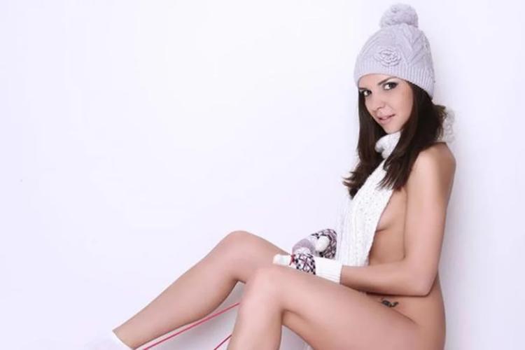Алина Еременко голая сидит в зимней шапочке варежках, шарфик на шее