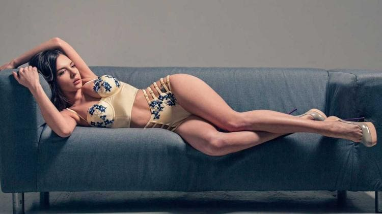 Алина Еременко Henessy фото в нижнем белье лежит на боку на диване босоножки на высоком каблуке