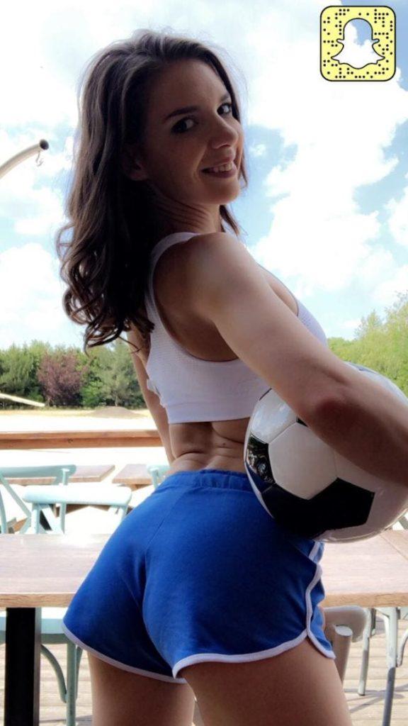 Алина Еременко Henessy фото в спортивных шортиках с мячом вид сбоку
