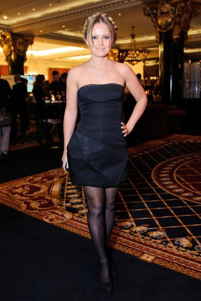 Вечернее короткое черное платье оголенные плечи,черные колготки