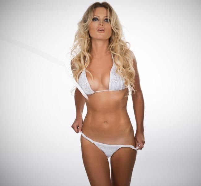 Дана Борисова в купальнике белом бикини стоит