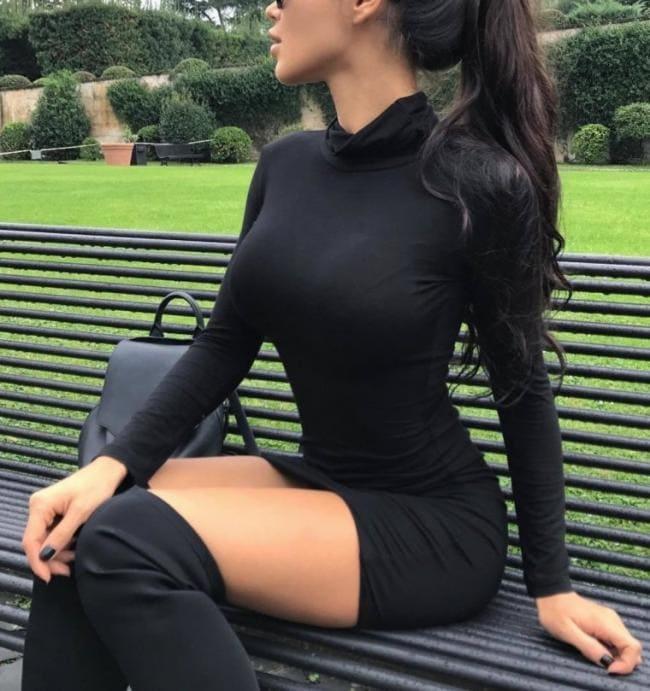 В черном платье ботфортах сидит на лавочке