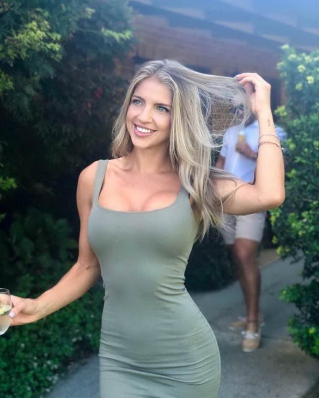 Блондинка в обтягивающем платье с глубоким декольте