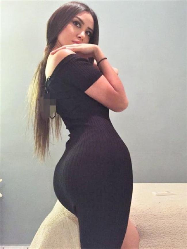 В черном обтягивающем платье вид сзади
