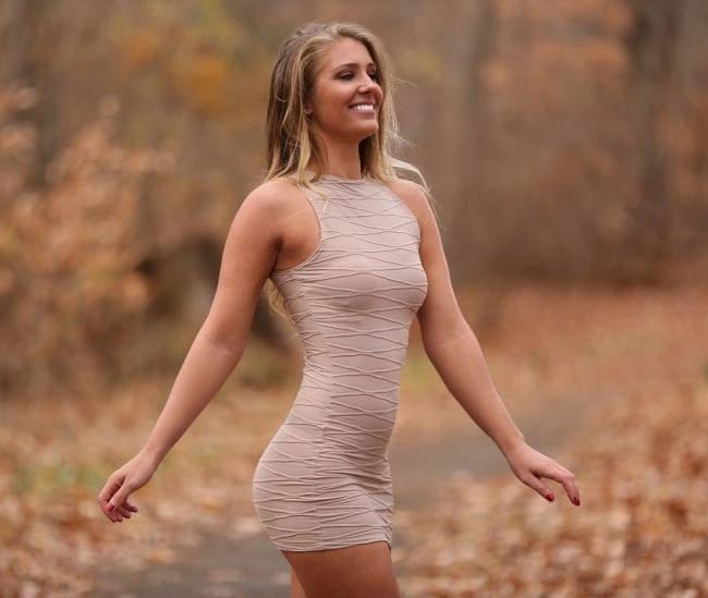 В коротком платье без нижнего белья
