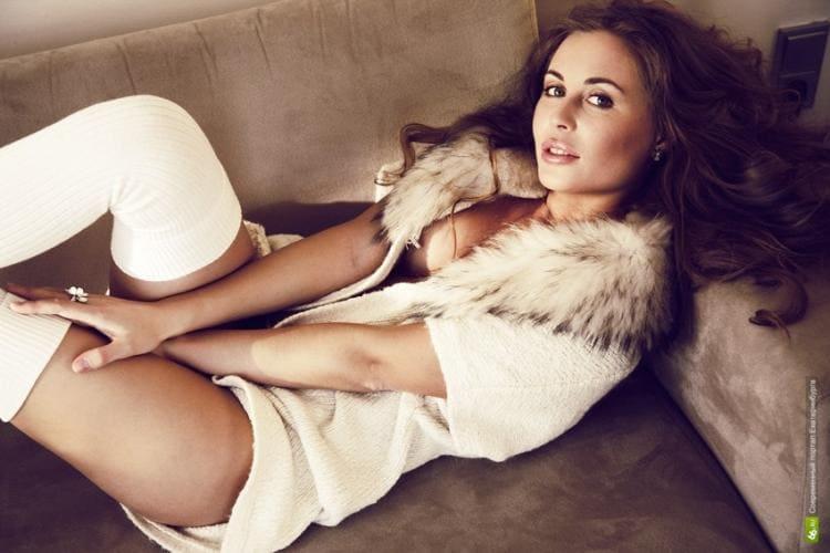 В белых ботфортах, лежит на диване, халатик с мехом приоткрыт показывая сиську