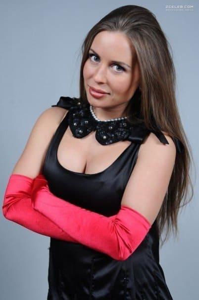 Юлия Михалкова горячие фото Глубокое декольте черный воротничок длинные розовые перчатки