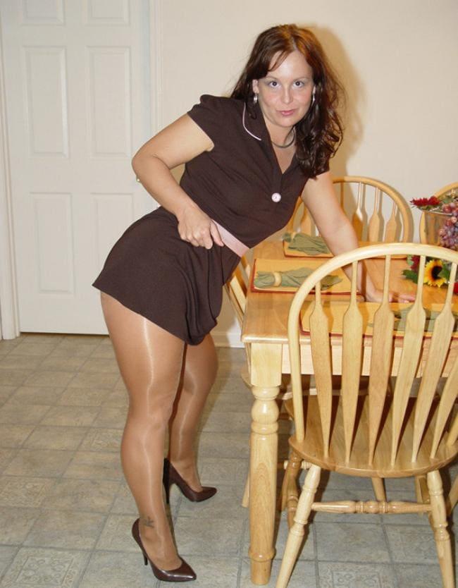 Аппетитная зрелая толстые ляжки капрон туфли стоит накрывает на стол