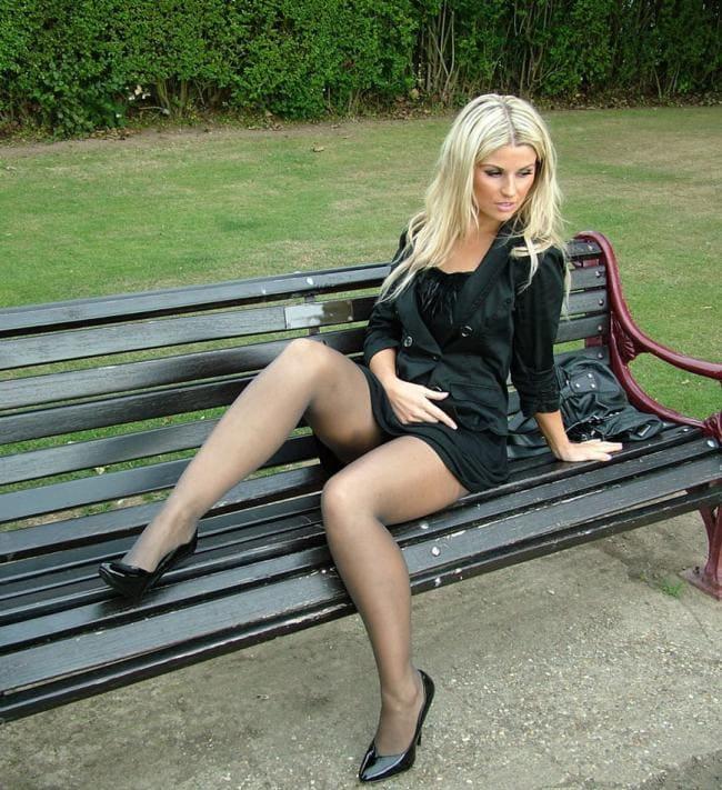 Блондинка с длинным волосом в коротком платье в прозрачных колготках