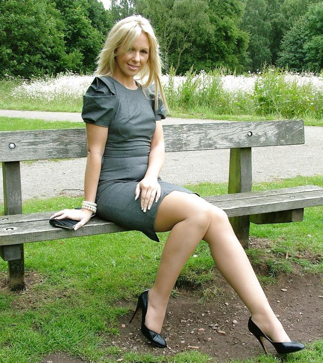 зрелая блондинка сидит на скамейке ножки голые туфли черного цвета на шпильке