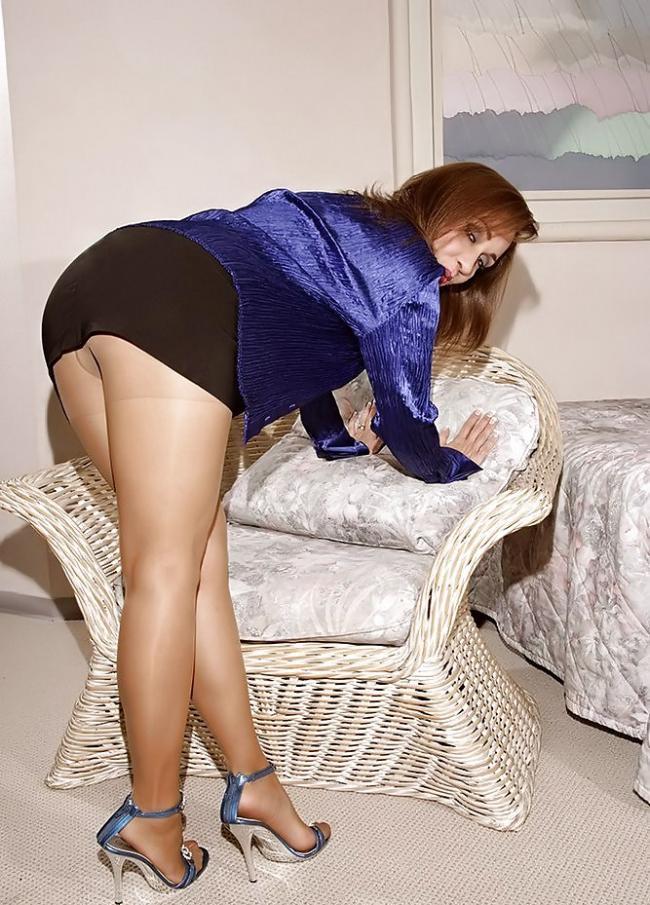 зрелая в очень короткой юбке пухленькая стоит нагибается раком в колготах телесного цвета