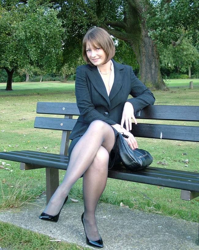Сидит на скамейке в парке