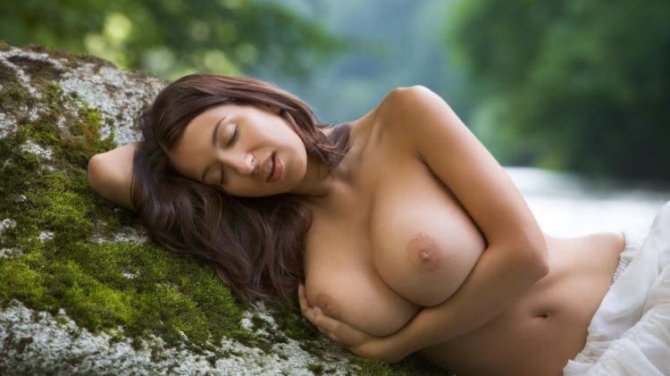 Лежит на камне обхватила сиськи рукой