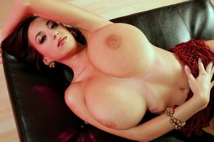 Лежит на диване, огромная накаченная грудь