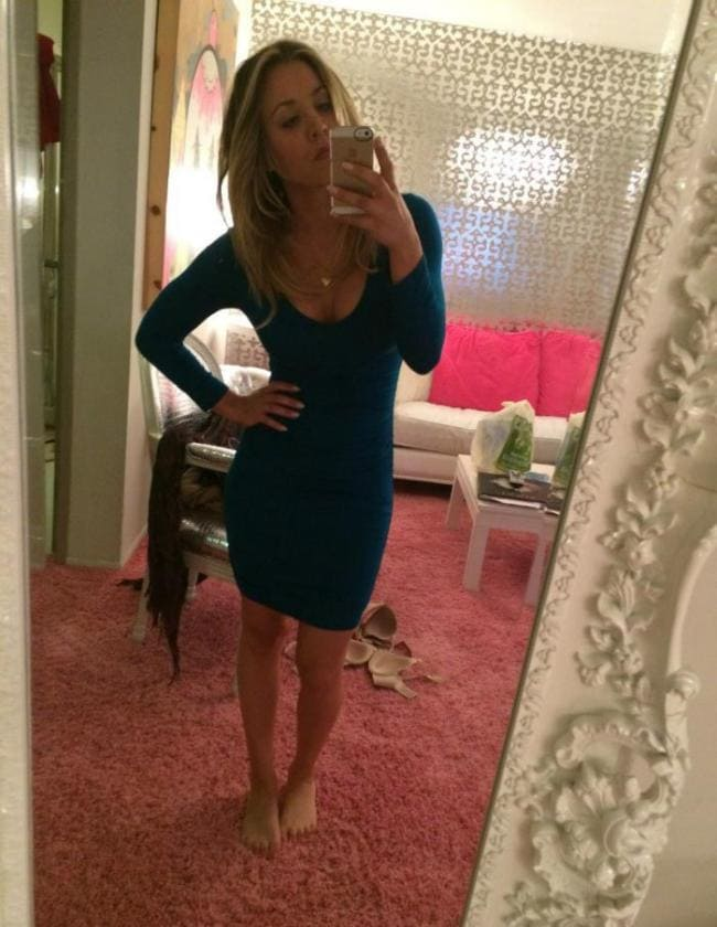 кейли куоко слитые фото делает сэлфи через зеркало в сером платье босиком