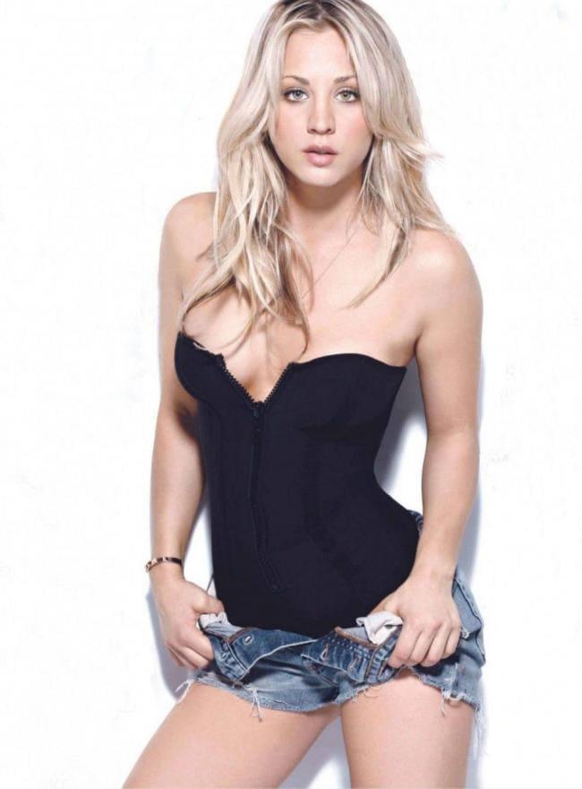 В черном топике с большим декольте, расстегнула джинсовые шорты