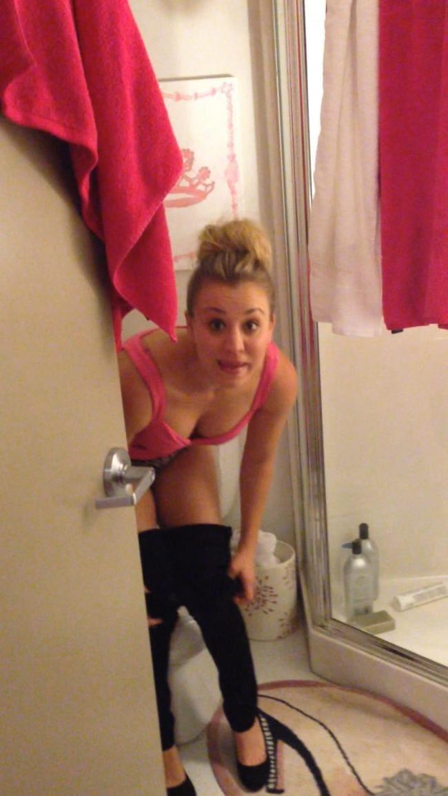 Фото в ванной комнате, снимает штаны возле унитаза