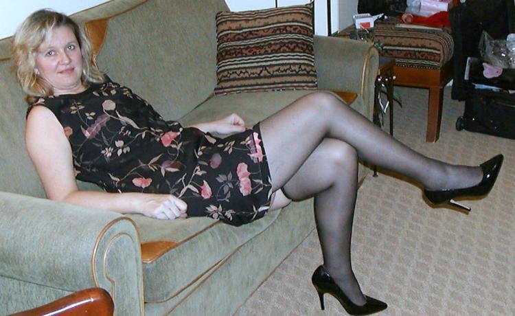 Зрелые блондинки в чулках баба полулежа на диване в чулках, цветастом платье,туфли