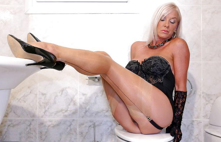 Зрелые блондинки в чулках, грация, светлые блестящие чулки. туфли на высоком каблуке, длинные перчатки, сидит на стуле подняла ноги