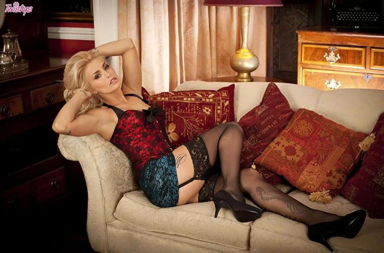 Красивая блондинка , руки подняты на голову,бритые подмышки, короткий топик юбка, чулки на поясе туфли на каблуке, ноги в татуировках