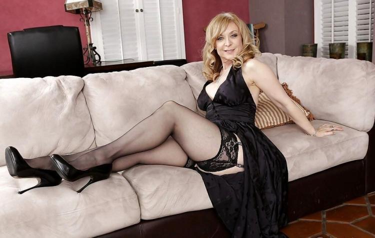 Зрелые блондинки в чулках на поясе, туфли на высоком каблуке, подмышки побриты, черное платье с глубоким декольте