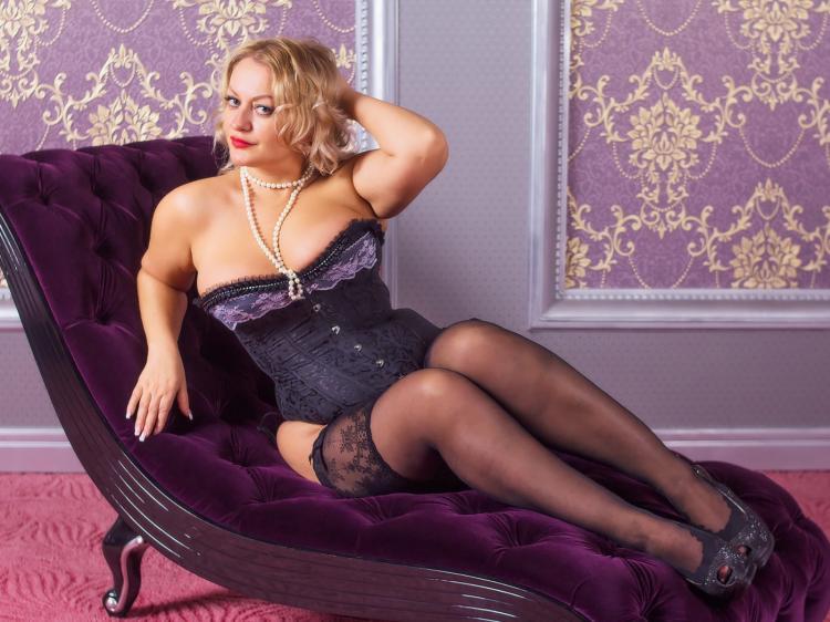 Зрелые блондинки в чулках Шикарная женщина а в теле красивая грация, шикарные сиськи, чулки , туфли, полусидит в кресле