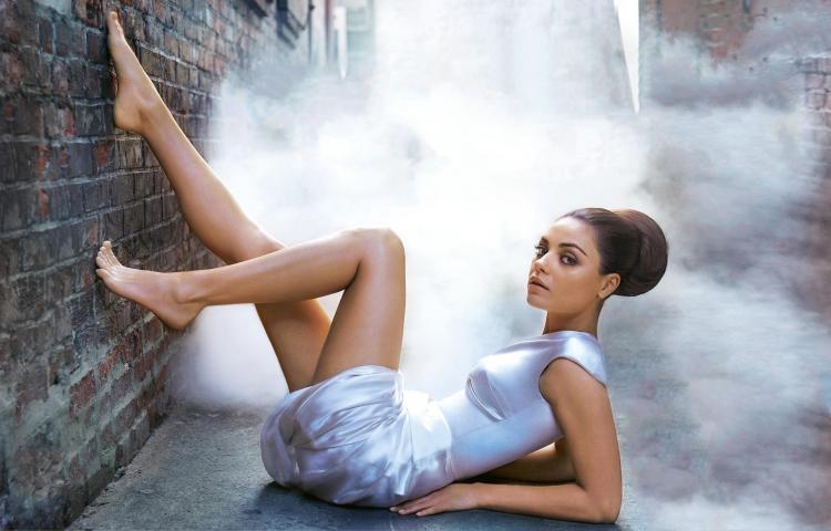 Мила Кунис фото лежит на земле ноги на стене, ступни