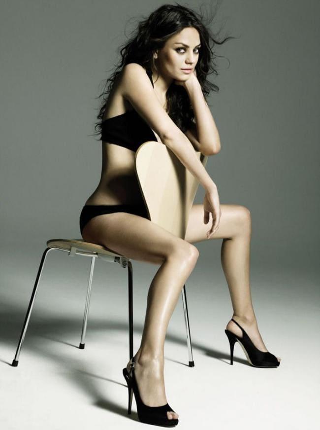 Мила Кунис в нижнем белье сидит на стуле, туфли на каблуке