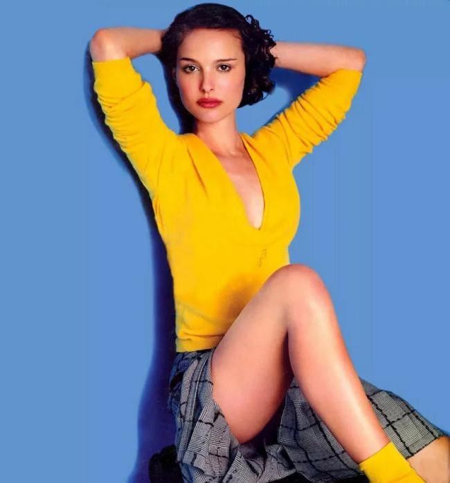 Желтая кофточка, желтые носочки, короткая клетчатая юбка