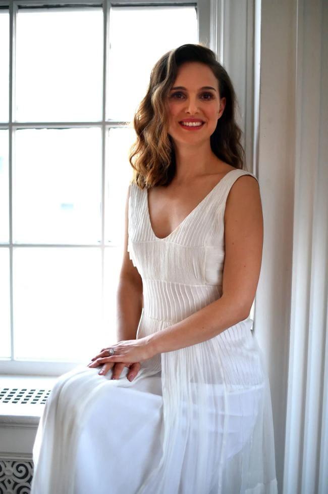 В белом платье сидит