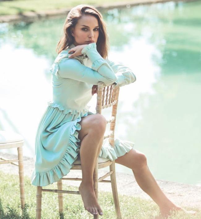 В бирюзовом платье сидит на стуле, босая ноги ступни открыты