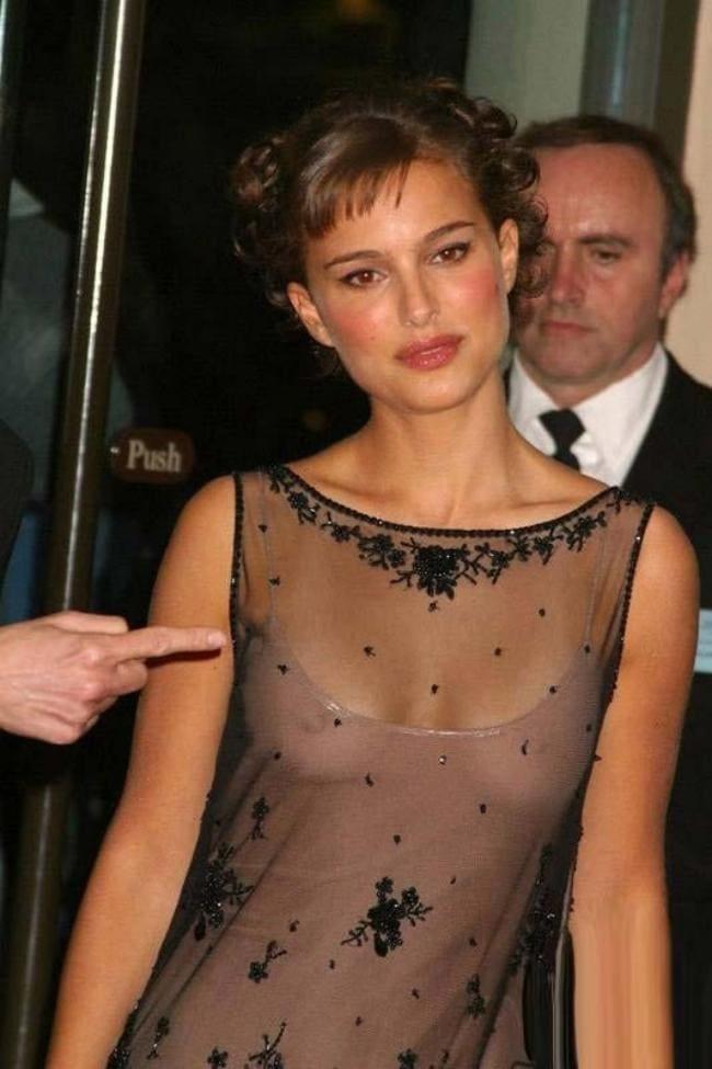 В прозрачном платье без бюстика, соски просвечиваются